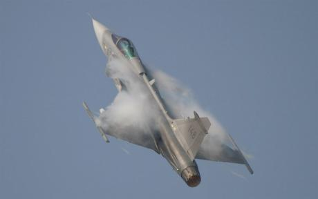 Häftig upptagning ger kondens över vingarna.