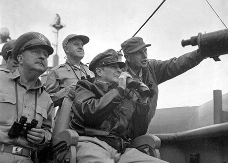 General Almond (den som pekar) bakom general MacArthur under Koreakriget.