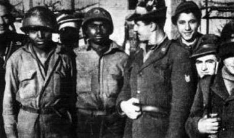 Italienska alpjägare med svarta fångar.