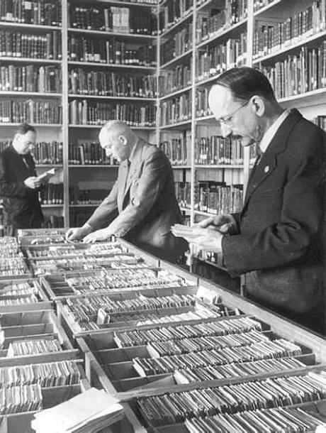 Det av Alfred Rosenberg grundade Institutet för forskning i judefrågan drev Welt-dienst under andra världskriget.