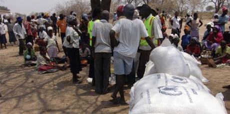 Zimbabwe får hjälpsändningar med mat.