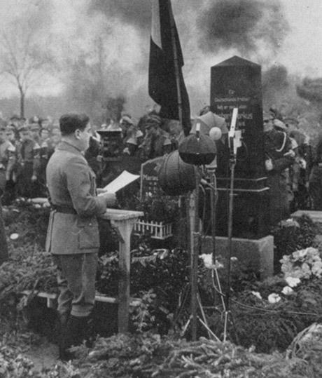 Baldur von Schirach, ledare för Hitlerjugend, talar vid Herbert Norkus grav.