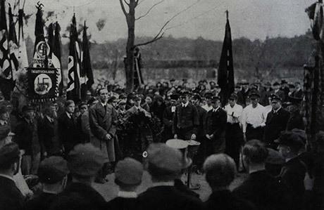 Joseph Goebbels talar på Ernst Schwartz begravning.