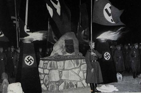 Minnesmärke efter Ernst Schwartz placerat på platsen för hans död. Som alla andra liknande minnesmonument revs detta efter kriget.