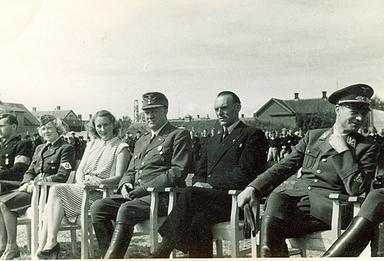 Bild från 1944 i Trondheim. Till höger om Quisling (mitten) sitter Tryggve Gran. Till vänster om Quisling Grans fru.