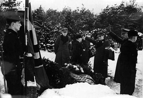 Riksungdomsledare Arthur Axmann besöker Herbert Norkus grav på dennes dödsdag 1941.