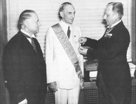 Henry Ford mottar Tyska örnens order.