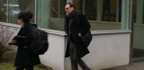 Oisín Cantwell stressar iväg efter att rättegången är över.