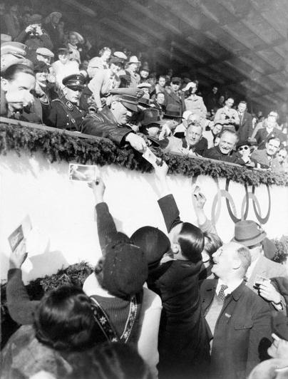 Hitler och Goebbels skriver autografer för medlemmar av det kanadensiska konståkningslaget.
