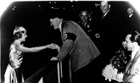 Hitler gratulerar den norska konståkerskan Sonja Heine.