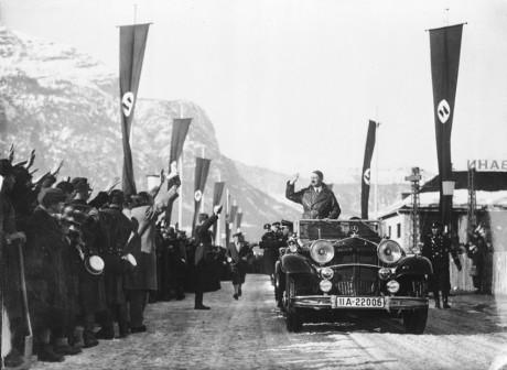 Hitler anländer till Garmisch-Partenkirchen.
