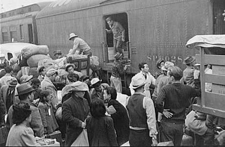 Japaner transporteras vidare till de amerikanska koncentrationslägren.
