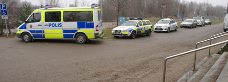 Många poliser satt och hade fikapaus hela dagen utanför Södertörns tingsrätt.