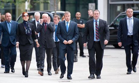 Roman Abramovich (i mitten) på spatsertur i London.