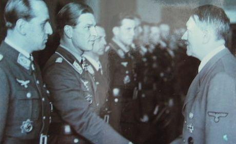 Barkhorn tillsammans med andra piloter under en medaljcermoni hos Hitler