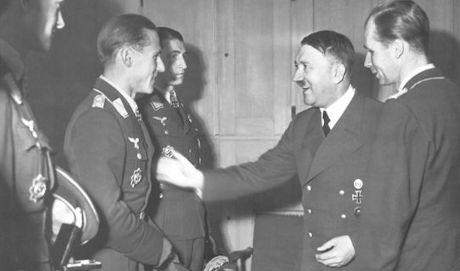 Günther Rall får svärdstecken av Hitler