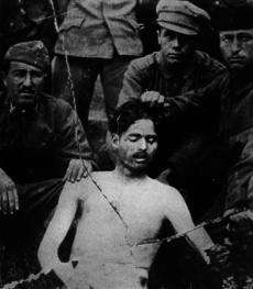 Leningardister poserar med ett av sina offer.