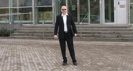 Pär Öberg på plats utanför Södertörns tingsrätt.