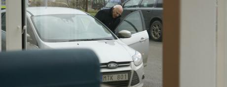 Leif Silbersky hoppar in i en bil utanför Södertörns tingsrätt.
