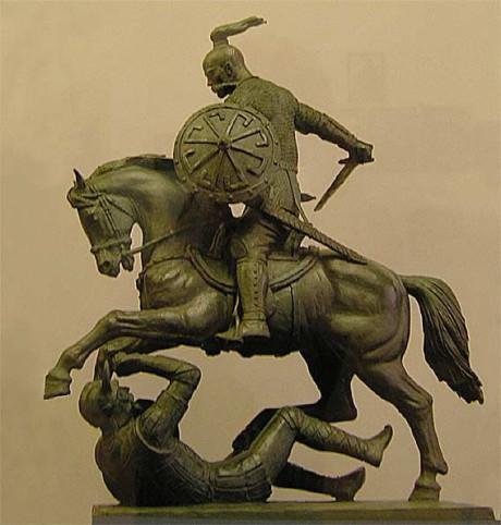 Ytterligare en staty av Klykov föreställandes Sviatoslav I. Notera symbolen på skölden.