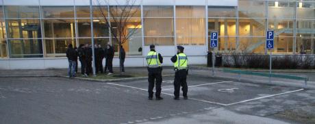 Aktivister från Motståndsrörelsen på plats utanför Södertörns tingsrätt.