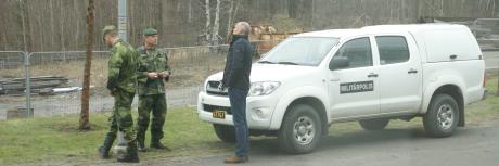 Militärpolisen pratade länge med en civilklädd äldre man.