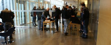 Aktivister och andra åhörare visiteras innan de släpps in i åhörarsalen.
