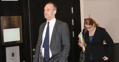 Åklagare Ingblad med en pappersbärare från JK.