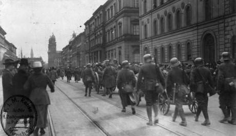 Tyska soldater intar och befriar München.