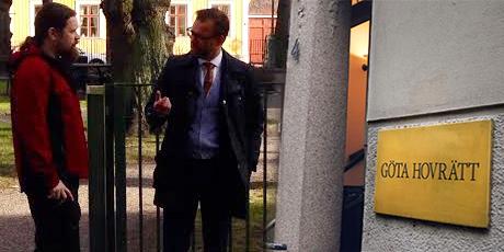 Utanför hovrätten med advokat Björn Hurtig.