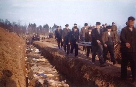 De allierade tvingade också tyska civila att begrava offren och känna skuld inför offren.