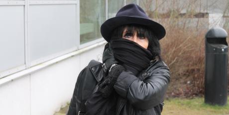 Som många andra vänsterextremister verkar tårtkvinnan vara allergisk mot kameror. När Nordfronts fotograf tog kort på henne blev hon aggressiv och så hotfull som en gammal tant nu kan bli.