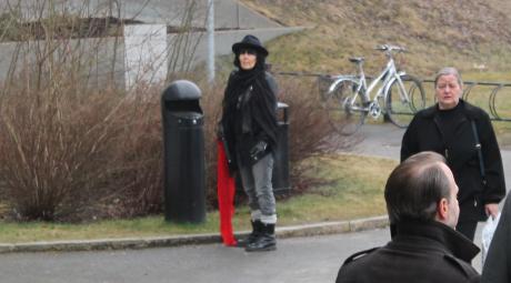 Tårtkvinnan Irene gjorde ett gästframträdande under dagen för att visa att hon inte är en sämre vänsterextremist än att även hon är på plats för att hylla och stödja den mordförsöksmisstänkte vänsterextremisten Joel Bjurströmer Almgren.