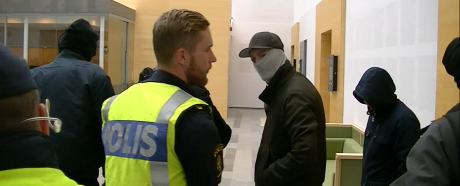 Polisen forslade bort stökiga vänsterextremister.