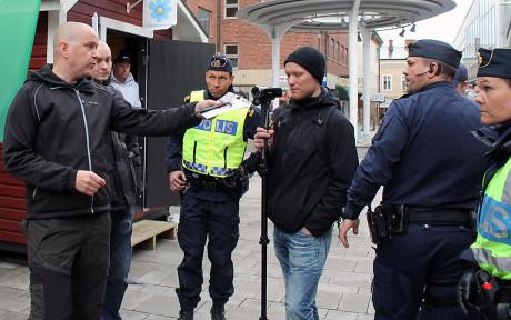 Polisen till vänster var den som inledde samtalet, polisen till höger om honom Jörgen Odh.