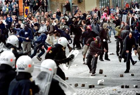"""""""Antifascister"""" på Avenyn i Göteborg. Mats Deland greps i samband med upploppen för att ha angripit en polis."""