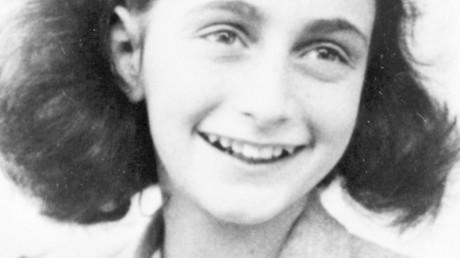 """År 1980, på grund av en rättsprocess i en tysk domstol, den tyska staten rättspsykiatrisk byrå, Bundes Kriminal Amt [BKA] granskade forensically originalet """"dagbok"""" manuskript. Deras analys fastställt att """"betydande"""" delar av arbetet var skrivna med kulspetspenna. Eftersom kulspetspennor inte fanns före 1951, delar av arbetet lades väl efter kriget (Anne Frank dog mars 1945). Den BKA bestäms också att ingen av de """"dagbok"""" handstil matchas kända exempel på Annes handstil. Tidigare handskriftsexperter hade bestämt att alla skriver i """"dagbok"""" var av samma hand. Därför är det helt """"dagbok"""" var en efterkrigs falska."""