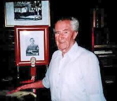 Wilfred von Oven på ålderns höst i Argentina. På bordet ett porträtt av hand förre chef Dr. Joseph Goebbels.