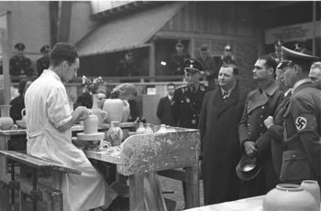 Rudolf Hess betraktar hantverk på Schaffendes Volk.