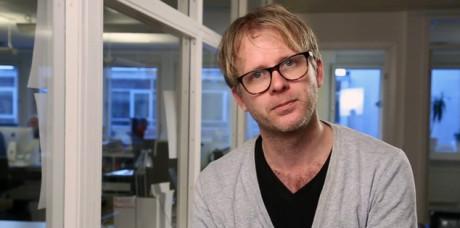 Anders Dalsbro. Bildruta från en reklamvideo för tidskriften EXPO. Inspelad december 2013. Notera de mörktonade rutorna på fönstren och de utvändiga solmarkiserna.