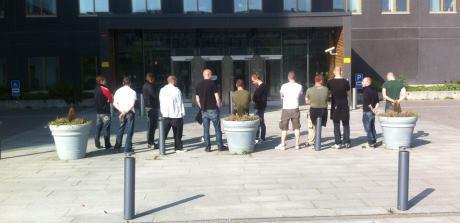 Över ett dussin kamrater välkomnade Emil Hagberg när han kom ut.