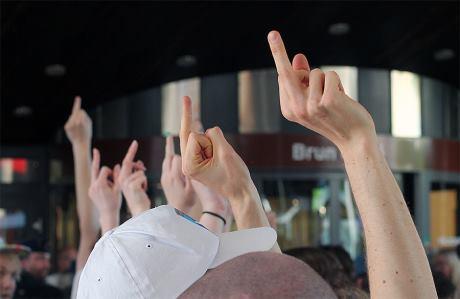 """Motdemonstranter i en """"värdig"""" protest mot SD. Foto: Nationell.nu."""