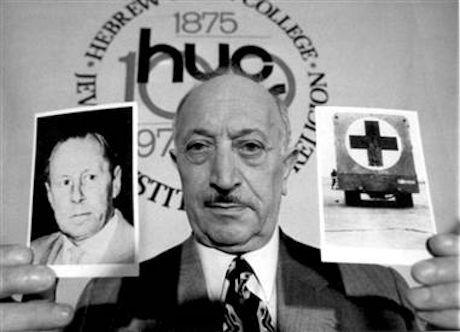"""Juden Simon Wiesenthal håller i ett foto på Walter Rauff och en """"gasvagn"""""""