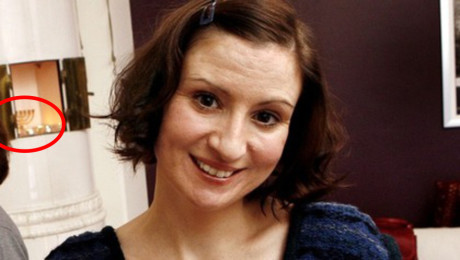 En läsare tipsade om att det står en minora i kakelugnen bakom Birgitta Olsson.