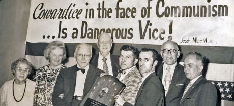 Benjamin Freedman syns här, tredje från vänster.
