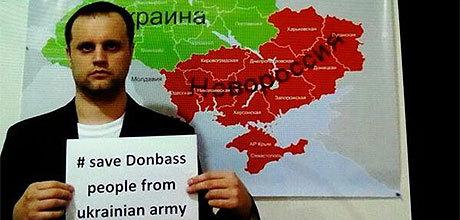 """Pavel Gubarev framför en karta över """"Novorossiya"""" - den nya stat som radikala ryska nationalister kämpar för."""