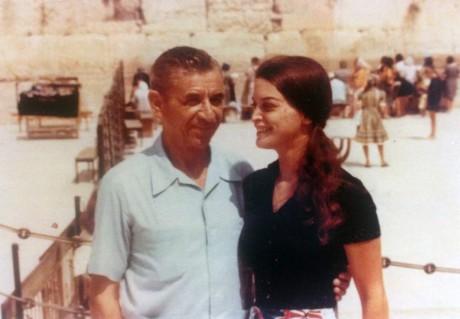 Meyer Lansky med dottern Sandra framför Klagomuren i Israel.