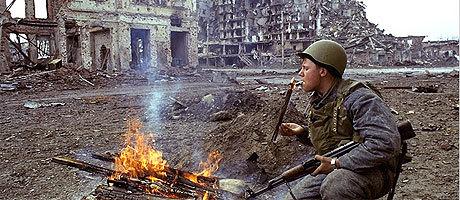 Rysk soldat i resterna av den sönderbombade storstaden Grosnyj.