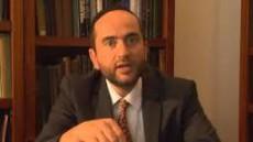 Rabbinen Pini Dunner under en föreläsning om judisk historia.