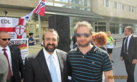 """""""Tungviktaren"""" tillsammans med den counter-jihadistiska ideologen Robert Spencer."""